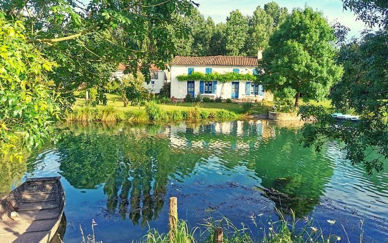 River cottages in La Venise Verte